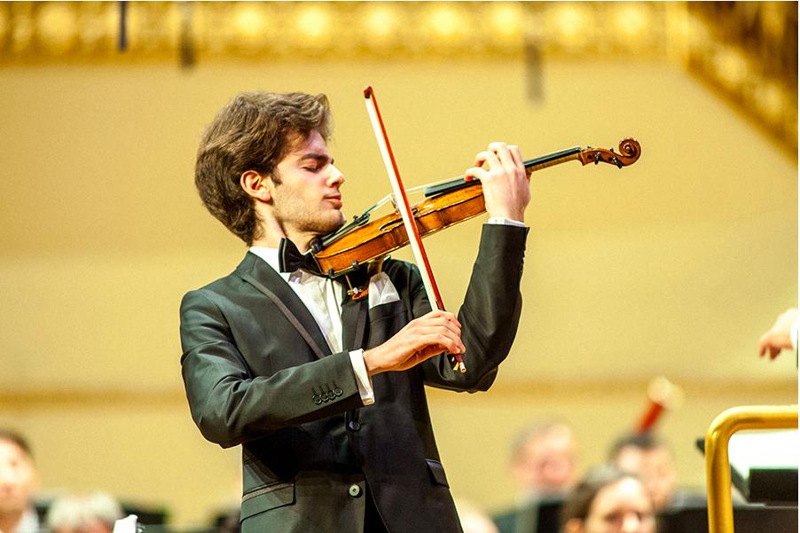 Itävaltalaisviulisti Emmanuel Tjeknavorian opettaa viulun mestarikurssilla Hangossa heinäkuussa