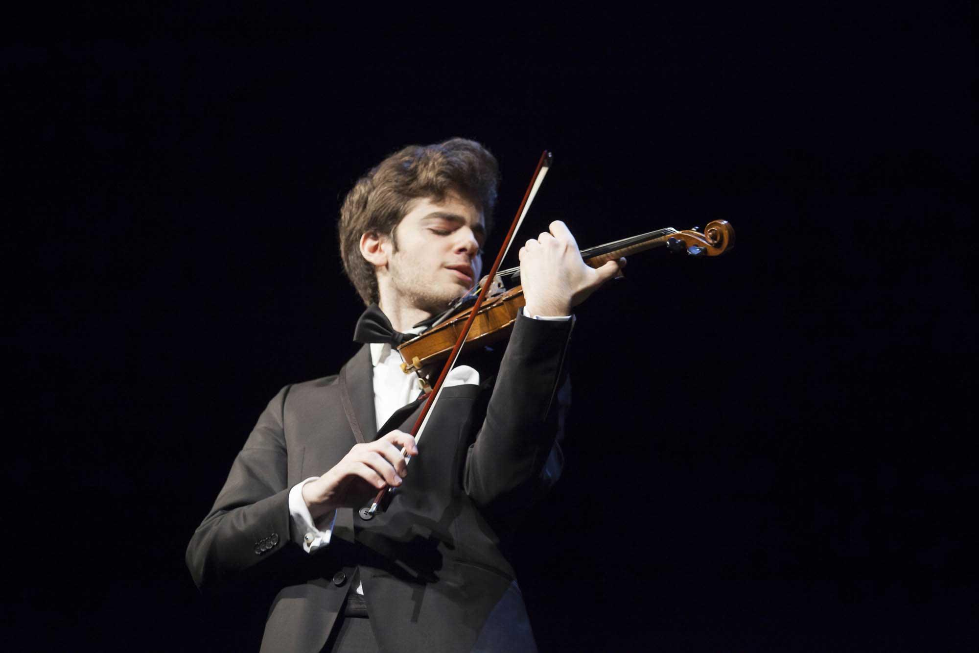 Violinisten Emmanuel Tjeknavorian som tog andra plats i Sibelustävlingen uppträder på Hangö Musikdagar.
